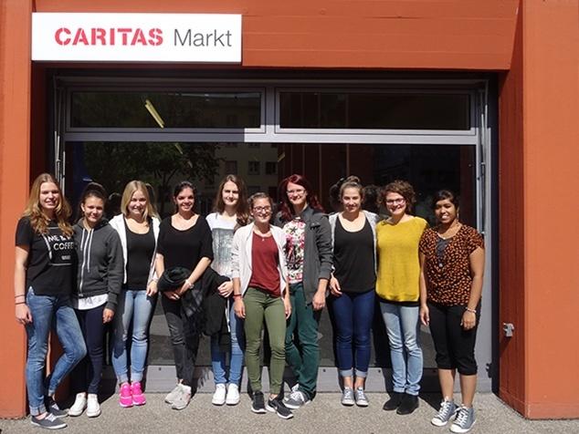 Lernende beim Social Day vor dem Caritas Markt