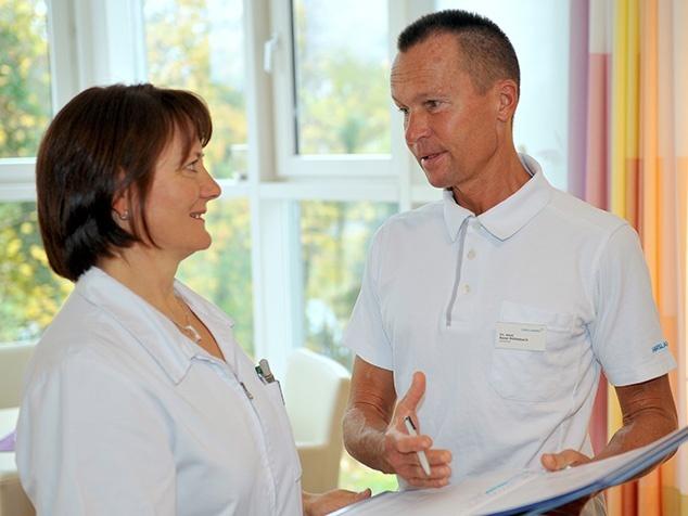 Spitalarzt mit Pflegefachfrau