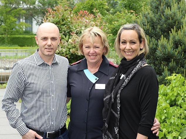 Helga Viljoen aus Südafrika (Mitte) mit OP-Personal der Klinik Hirslanden