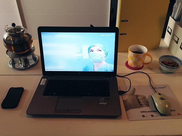Tisch mit Notebook, Telefon, Teekrug