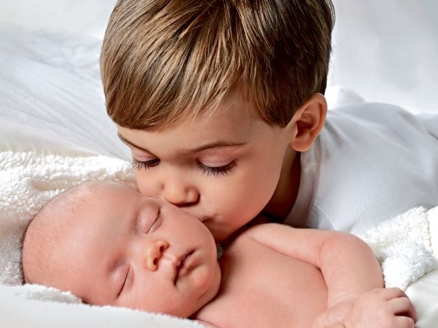 Baby mit älterem Geschwisterchen