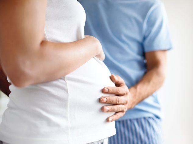 Paar mit Händen auf Babybauch