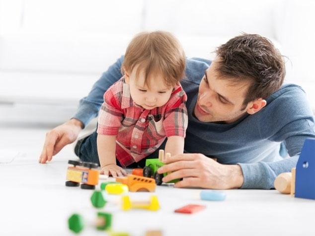 Baby und Papi spielen