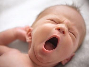 Väter und schreiende Babys