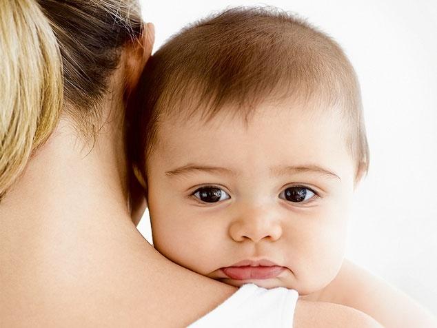 Baby an Schulter von Mami