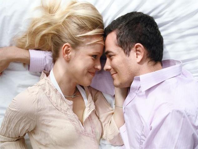 Paar liegend auf Bett