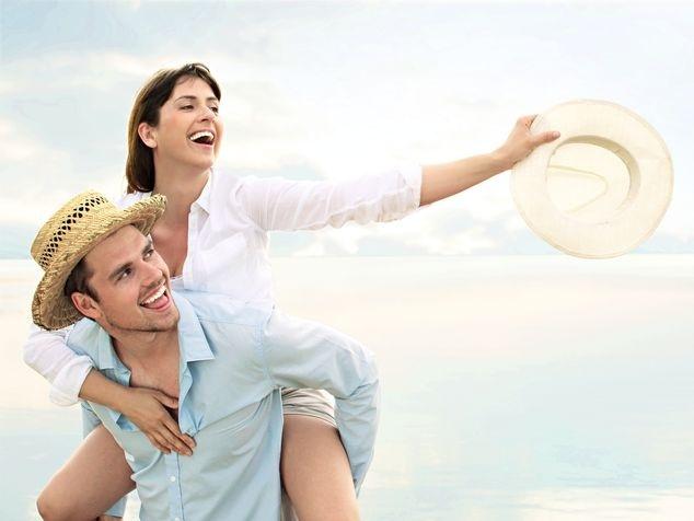 Mann trägt Frau auf Schultern