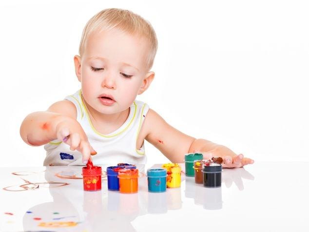 Kind mit Handmalfarben