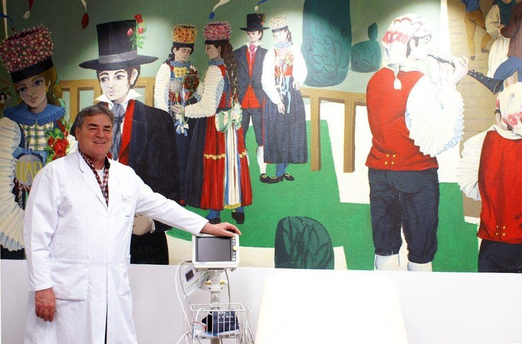 Dr. Anton Merkle vor Wandgemälde