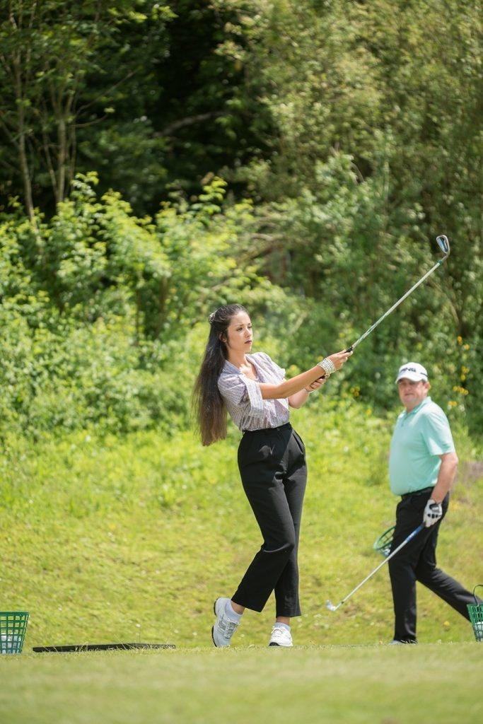 Lauriane Sallin beim Golfabschlag
