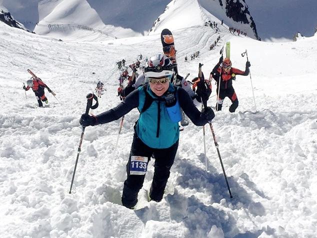 Frau bei Skitour