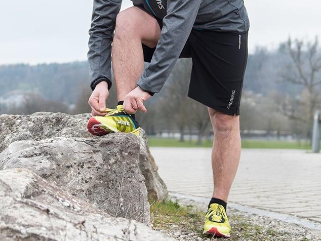 Jogger schnürt Schuhe