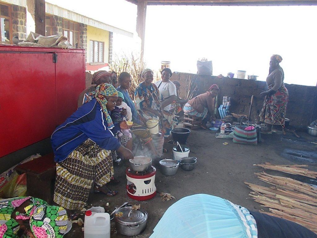 Angehörige beim Kochen