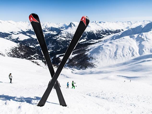 gekreuzte Ski nach Skiunfall