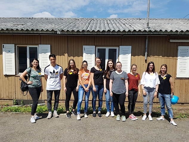 KV-Lernende vor Asylzentrum
