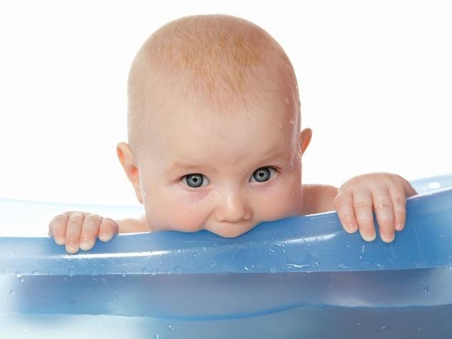 Baby beisst in Luftmatratze