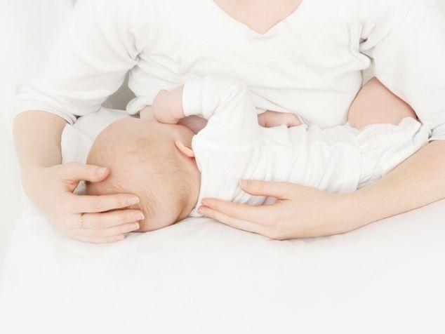 Mami mit Baby beim Stillen