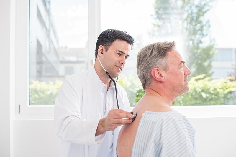 Arzt untersucht eine Patienten.