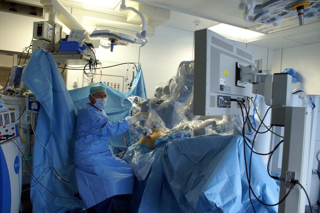 Arzt am OP-Tisch
