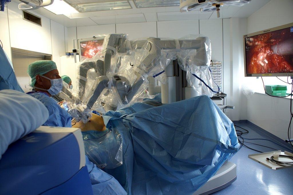 Arzt am OP-Tisch mit Bildschirm
