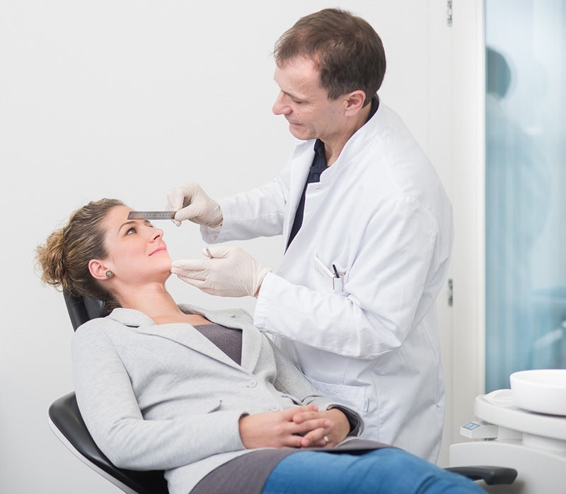 PD Dr. Dr. med. Dennis Rohner mit Patientin am Ausmessen