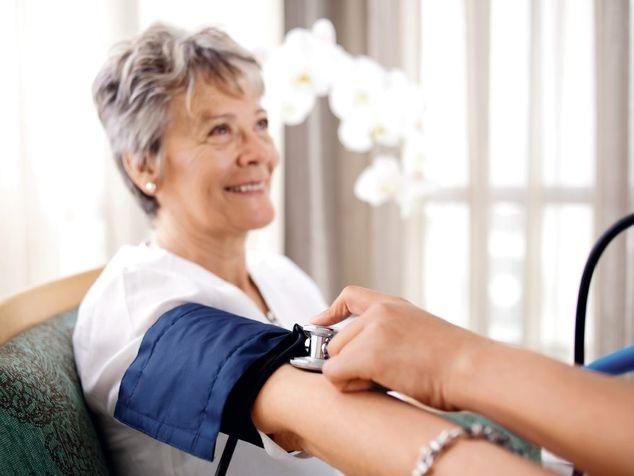 Patientin beim Blutdruckmessen bei Verdacht auf Herzinsuffizienz