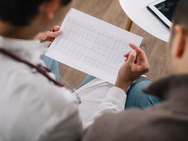 Arzt bespricht mit Patient Herzrhythmusstörungen