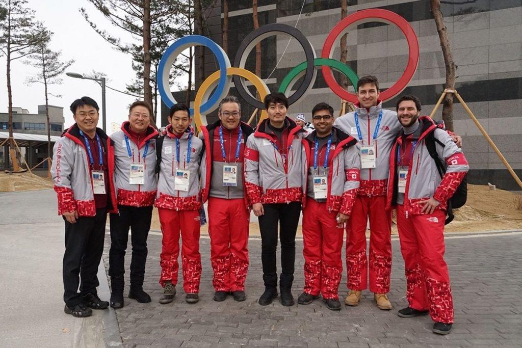 IOC-Ärzteteam vor der Polyklinik