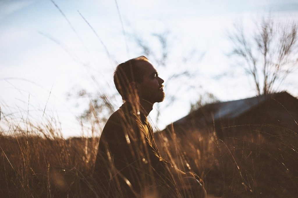 Meditierender Mann - Atmenübungen sind unterstützend bei Reflux
