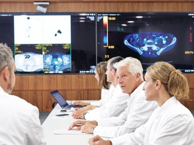 Ärzte beim Tumorboard