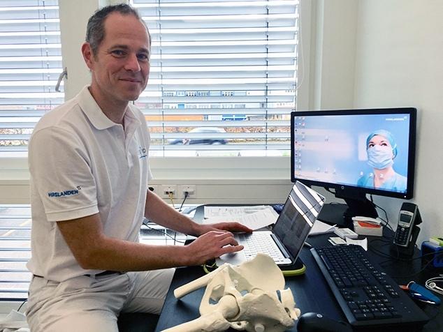 Dr. med. Csaba Forster-Horváth einem Hüftmodell