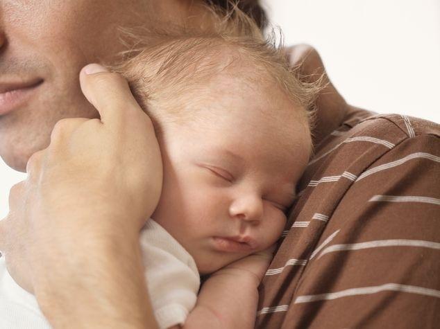 Papi hält Baby im Arm
