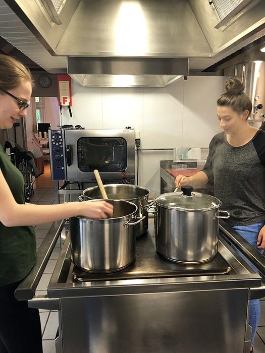 KV-Lehrlinge beim Kochen