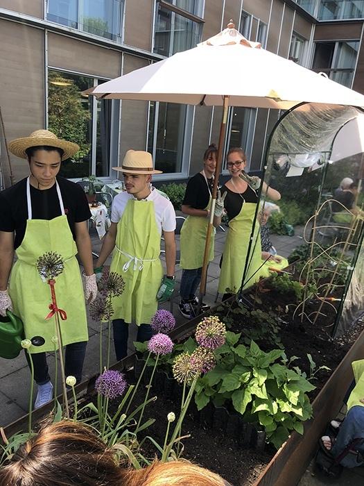 KV-Lehrlinge bei der Gartenarbeit