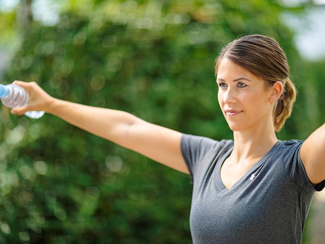 Patientin mit Schultersehnenriss bei Physioübung