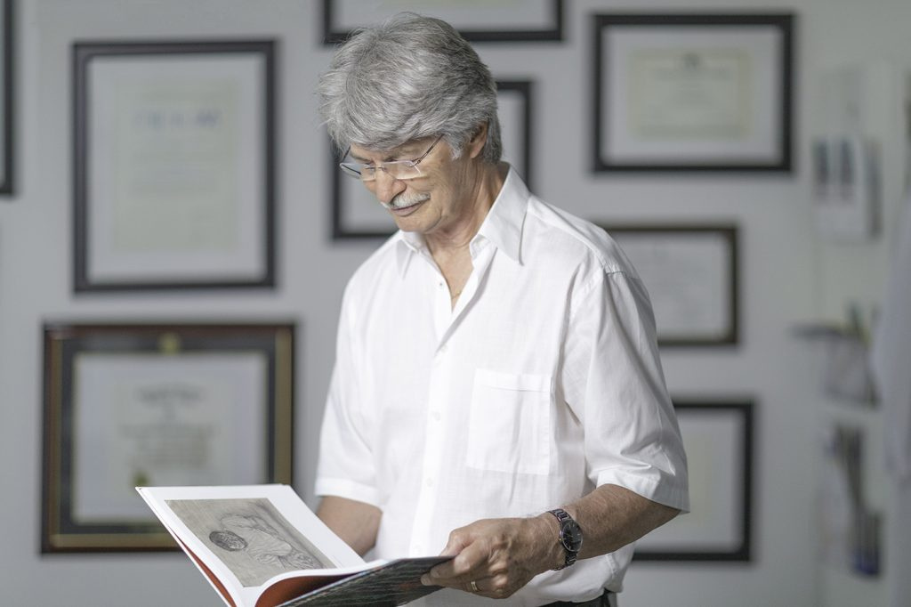 Patient mit behandeltem Schultersehnenriss beim Buch lesen