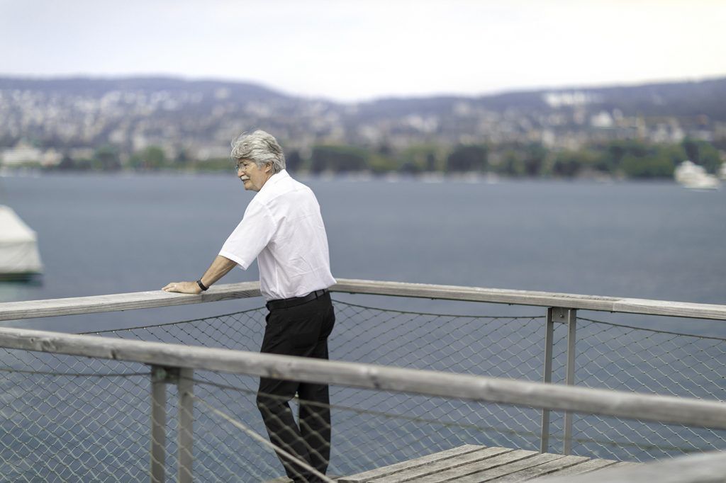 Patient mit behandeltem Schultersehnenriss blickt über den See