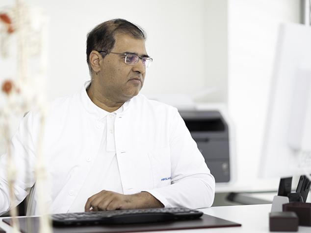 Arzt bei Prüfung von Patientendaten im Computer