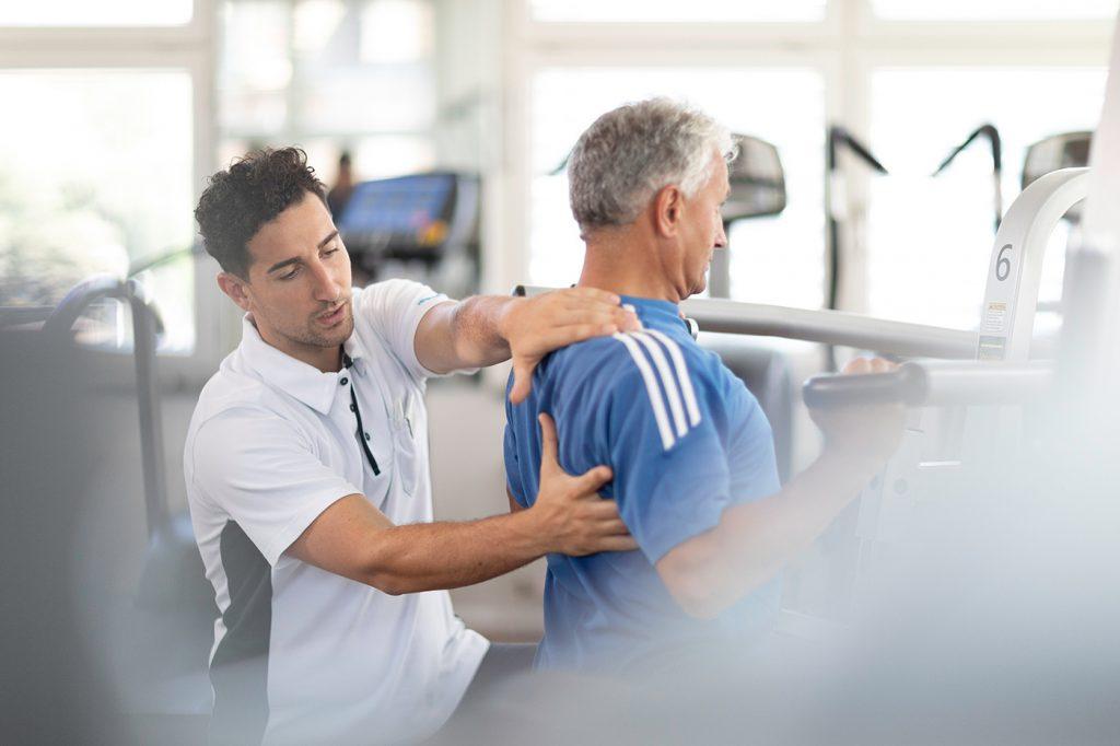 physiothérapeute et patient, exercice avec une prothèse de l'épaule