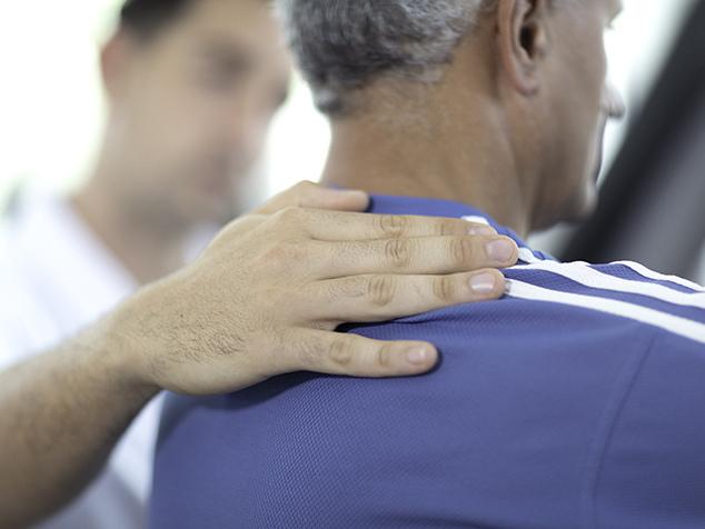 Patient bei Übung mit Physiotherapeut nach Einsetzen Schulterprothese