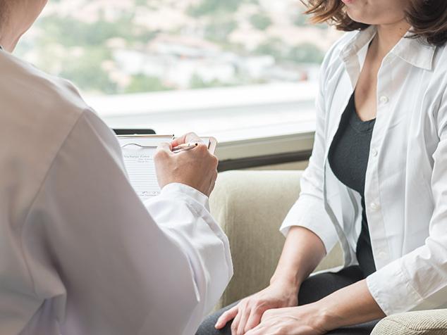Arzt und Patientin im Gespräch zur Vorsorge von Gebärmutterhalskrebs