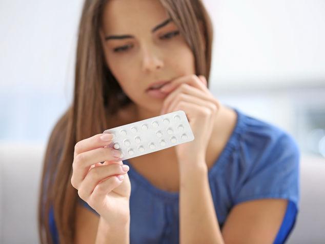 Frau mit Pillenpackung