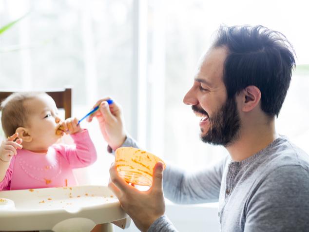 Papi füttert Baby