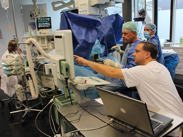 salle d'opération pendant curiethérapie