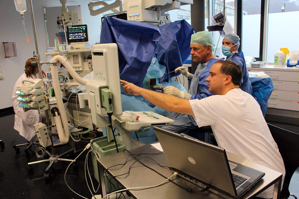 médecins dans salle d'opération pendant la curithérapie