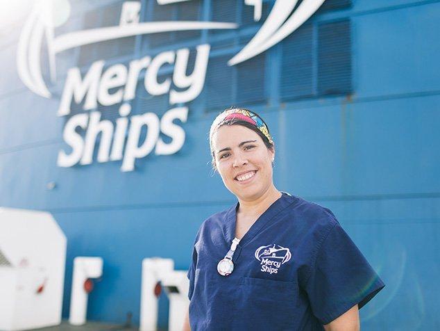 Tamara vor dem Mercy Ships Spitalschiff