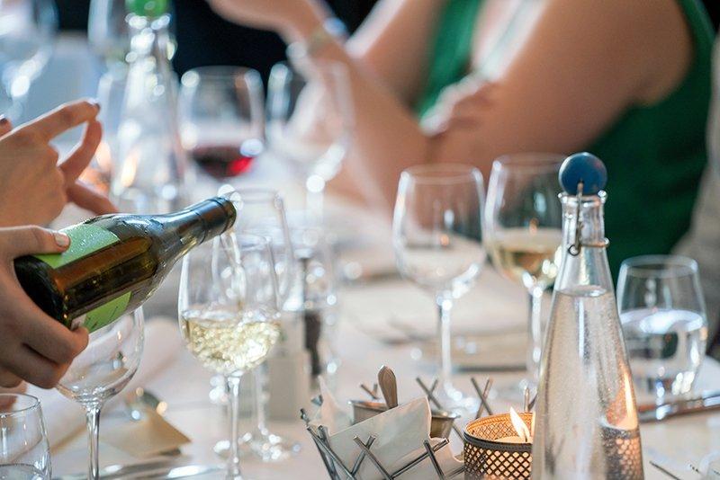 Tisch mit vollen und leeren Weingläsern