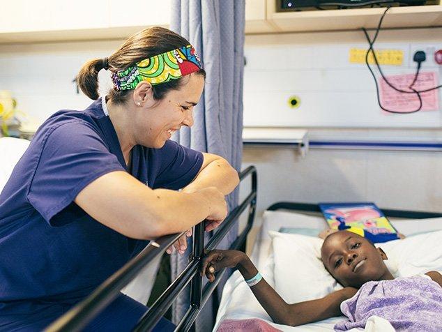 Pflegefachfrau Tamara mit einem Mädchen als Patientin auf dem Spitalschiff von Mercy Ships