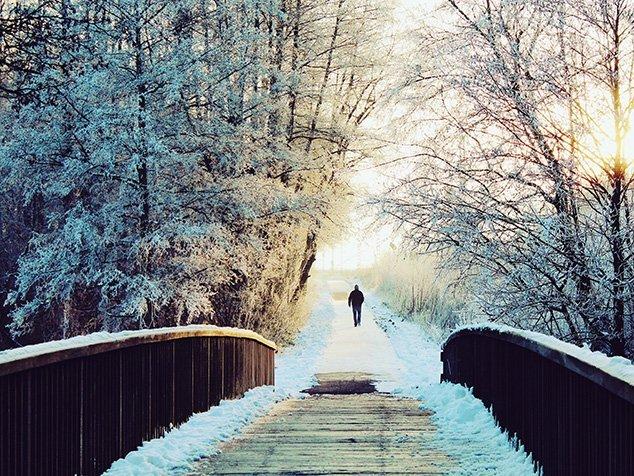 Mann bei Winterspaziergang