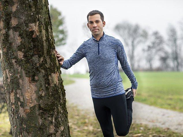 Herzpatient bei Dehnübung nach Joggen